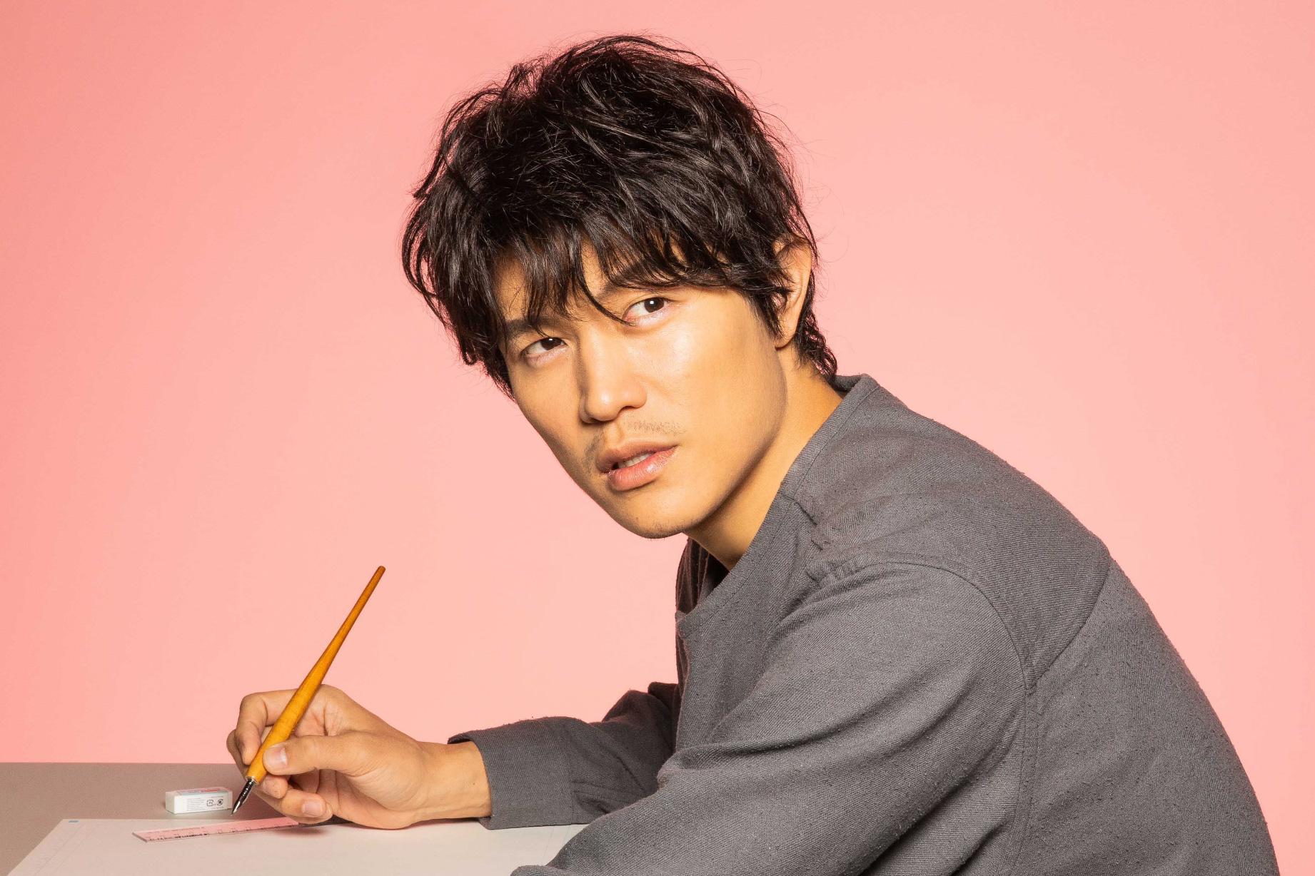 ドラマ,レンアイ漫画家で主人公演じる鈴木亮平,ペンを握り振り返るシーン